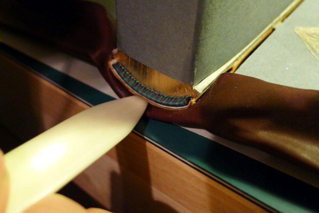 18. Tuck In Cap 1024x684 - Завершающий этап изготовления цельнокожаного переплета [мастер-класс, перевод с английского]