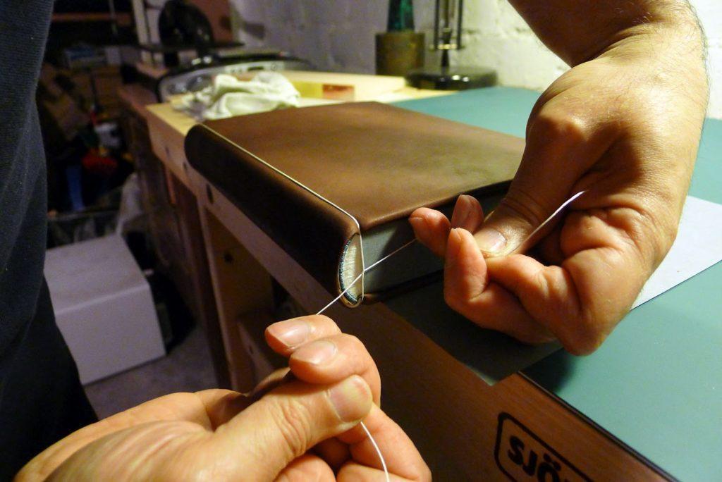 31. Tie String 1024x684 - Завершающий этап изготовления цельнокожаного переплета [мастер-класс, перевод с английского]